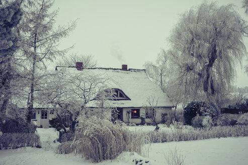 Germany, Mecklenburg-Western Pomerania, Ruegen, House in winter - MJ000594