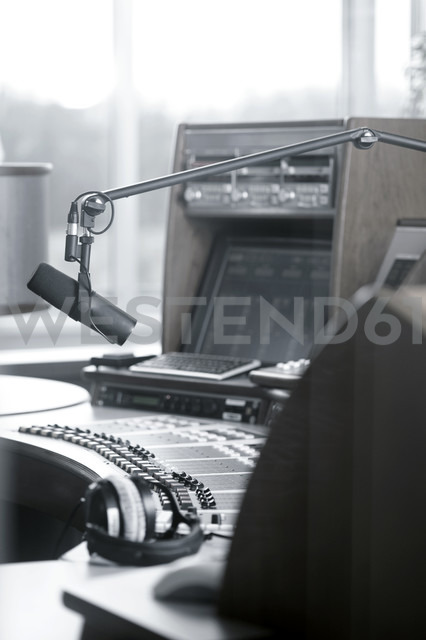 Microphone and headphones in a recording studio - LB000518