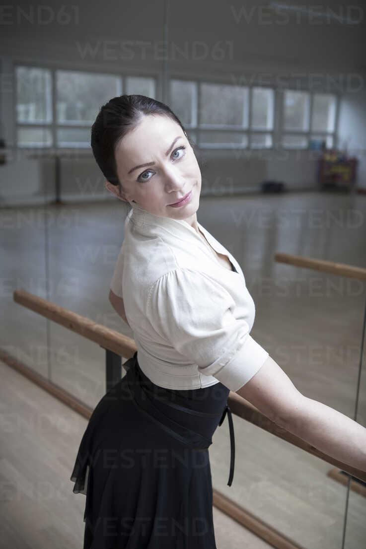 Germany, Bavaria, female ballet dancer at a rehearsal - VTF000070 - Val Thoermer/Westend61