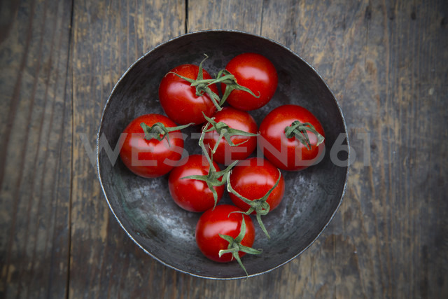 Bowl with cherry tomatoes on wooden table, elevated view - LVF000471