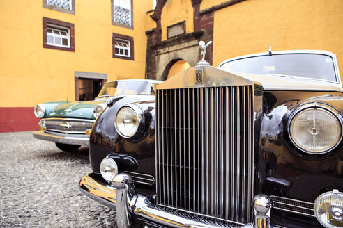 Portugal, Madeira, Funchal, Museum of Comtemporary Art, Rolls Royce and an other classic car standing at courtyard - VT000079