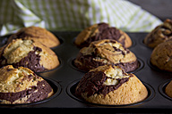 Baked muffins at muffin tray - YFF000007