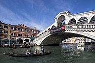 Italy, Venice, Canale Grande, Rialto Bridge and gondolas - FO005793