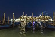 Italy, Venice, Cruise ship and gondolas at night - FO005824