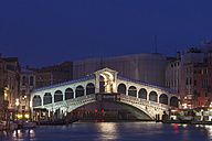 Italy, Venice, Rialto Bridge at Canale Grande at night - FO005639