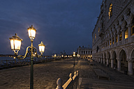 Italy, Venice, Promenade with Doge's Palace at night - FOF005696