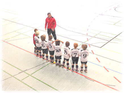 Coach in front of his team, Germany, Baden-Wuerttemberg, Radolfzell - JED000113