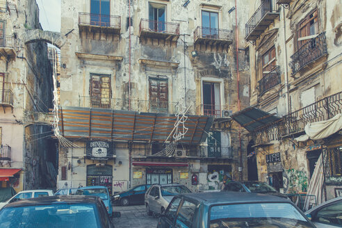 Italy, Sicily, Palermo, Parking cars in front of decaying houses - MF000815