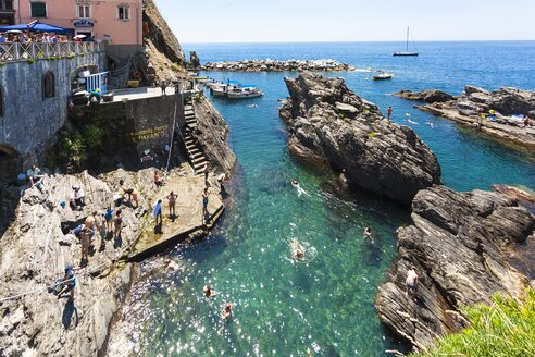 Italy, Liguria, La Spezia, Cinque Terre, Manarola, view to waterside and bathing people - AM001764