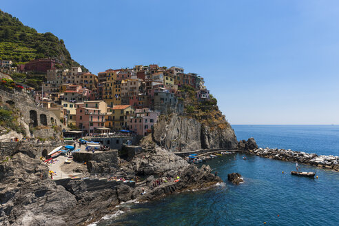 Italy, Liguria, La Spezia, Cinque Terre, Manarola, view to coastline and village - AM001772