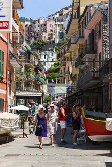 Italy, Liguria, La Spezia, Cinque Terre, Manarola, view to old town - AM001770