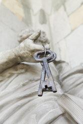 Austria, Vorarlberg, Bregenz, Parish church of St. Gallus, keys on sculpture - SIE005009