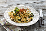 Chicken filet with leaf spinach, ewe's cheese and ribbon noodles - MAE007678