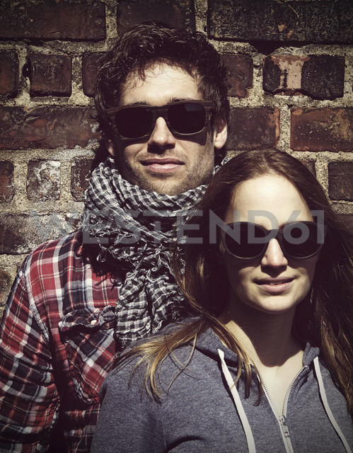 Portrait of young couple wearing wooden sunglasses - HOHF000407 - Fotomaschinist/Westend61
