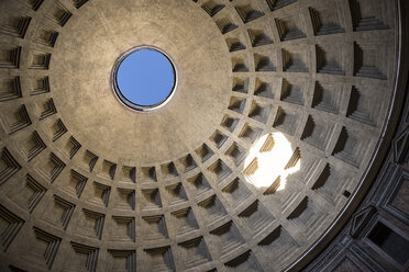 Italy, Rome, interior view of cupola of Pantheon from below - DIS000424