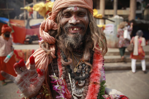 India, Uttar Pradesh, Varanasi, portrait of laughing Sadhu - JBA000053