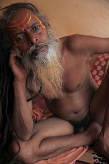 India, Uttar Pradesh, Varanasi, portrait of naked Sadhu - JBA000057