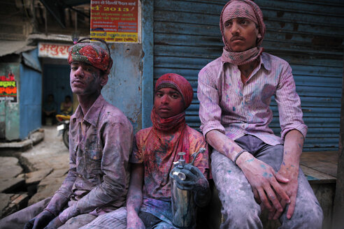 India, Uttar Pradesh, Mathura, male teenagers during Holi, spring festival, festival of colours - JBA000016