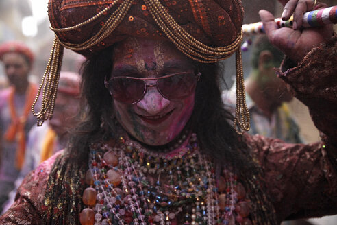 India, Uttar Pradesh, Mathura, travesty, man during Holi, spring festival, festival of colours - JBAF000020