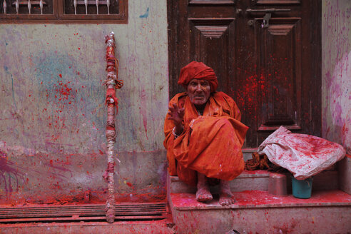 India, Uttar Pradesh, Vrindavan, old man during Holi, spring festival, festival of colours - JBA000024