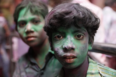 India, Uttar Pradesh, Vrindavan, boy and girl during Holi, spring festival, festival of colours - JBA000038