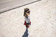 Woman with sunglasses on the move - AMCF000045