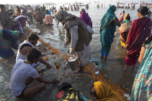 India, Uttar Pradesh, Allahabad, Kumbh Mela pilgrimage, People bathing - JBA000075