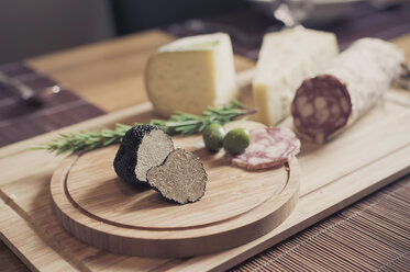 Wooden plate with truffles, cheese and salami - MJF000855