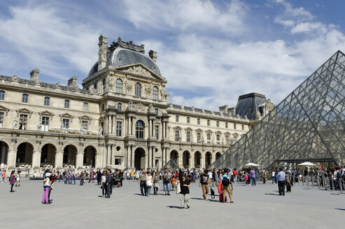 France, Ile-de-France, Paris, glass pyramid and Palais du Louvre, Musee du Louvre - LB000529