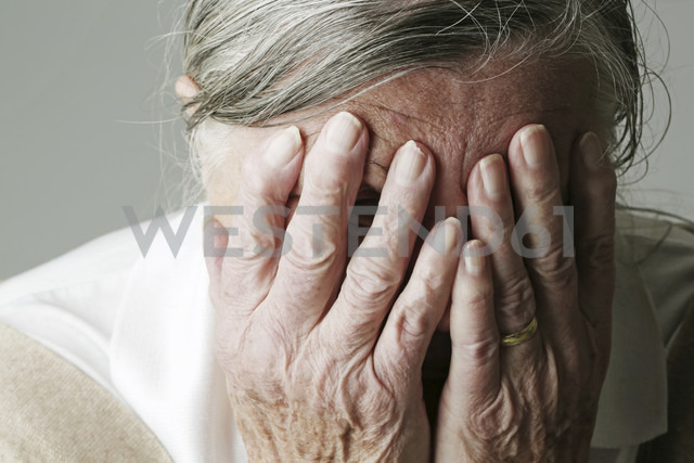 Senior woman covering face with her hands - JATF000635 - Jan Tepass/Westend61