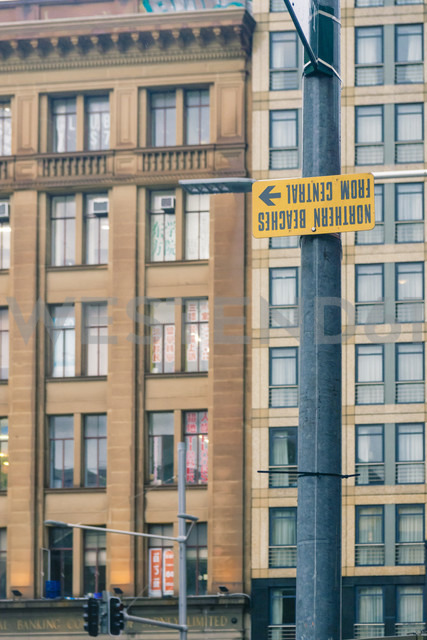 Australia, New South Wales, Sydney, view to facades, street sign upside down in front - FBF000217 - Frank Blum/Westend61