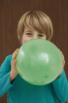 Germany, Boy inflatiing balloon - FSF000102