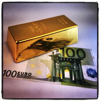 Gold bullion decoration and 100 Euro Banknote - HOHF000425