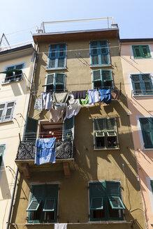Italy, Cinque Terre, La Spezia Province, Liguria, Riomaggiore, Laundry on clothesline at house - AMF001781