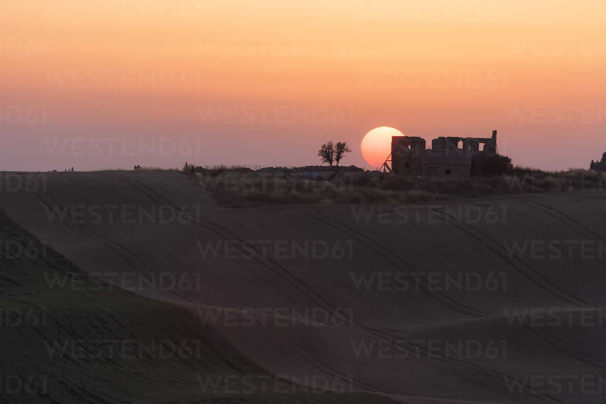 Italy, Tuscany, sunset over rolling hills - PAF000345 - Andreas Pacek/Westend61