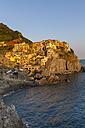 Italy, Cinque Terre, La Spezia Province, Liguria, Riomaggiore, Manarola, coast and houses, evening light - AMF001803