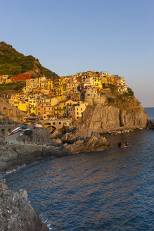 Italy, Cinque Terre, La Spezia Province, Liguria, Riomaggiore, Manarola, coast and houses, evening light - AMF001803