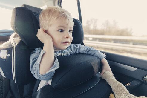 Germany, Little boy sitting in back-seat car seat - MFF000885