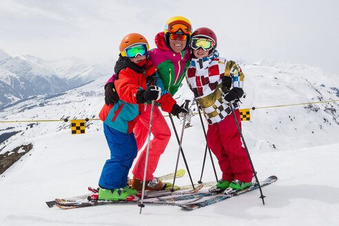 Switzerland, Grisons, Obersaxen, female skier and her two sons - EGF000045