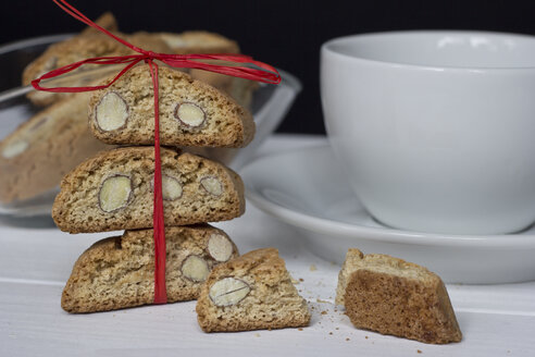 Cantuccini and coffee cup, close-up - YFF000027