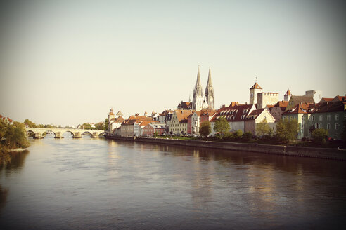 Germany, Bavaria, Regensburg, View of old town at Danube River - HOHF000467