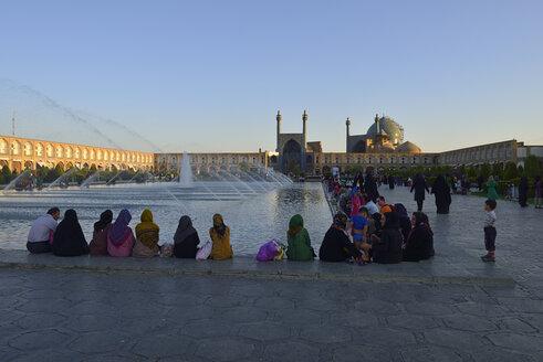 Iran, Isfahan, People sitting at Meidan-e Emam, Naqsh-e Jahan, Imam Square - ES000991