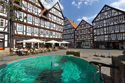 Germany, Hesse, Melsungen, market place, restaurant and fountain - AM001833