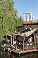 Germany, Berlin, people relaxing at hot spot - LA000557