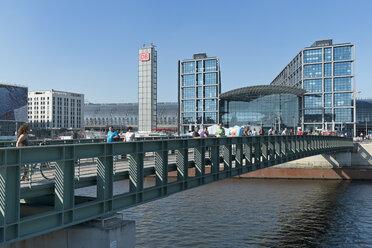 Germany, Berlin, view to Gustav-Heinemann-Bridge and central station - LA000558