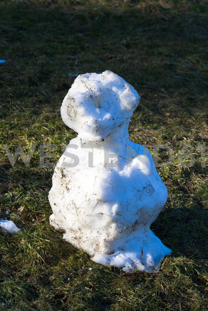 Germany, leftovers of snowman on a meadow - TCF003910 - Tom Chance/Westend61