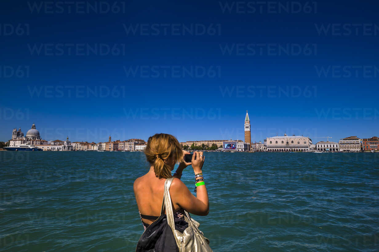 Italy, Venice, Woman taking picture of city - EJW000248 - EJW/Westend61