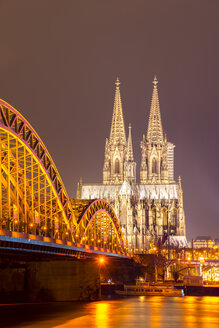 Germany, North Rhine-Westphalia, Cologne, lighted Cologne cathredral and Hohenzollern Bridge by night - WG000246