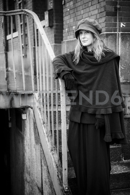 Germany, Berlin, woman leaning on  railing - NG000101 - Nadine Ginzel/Westend61