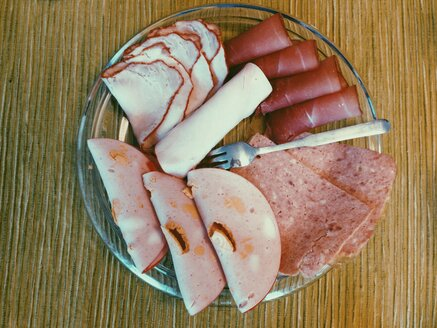 Sliced sausages for breakfast on a plate on table - MEAF000154